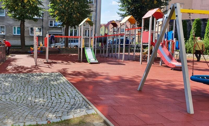 plac-zabaw-przy-szkole-podstawowej-w-strzegomiu-plyty-proflex-260m2-1