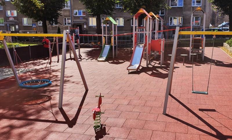 plac-zabaw-przy-szkole-podstawowej-w-strzegomiu-plyty-proflex-260m2-3